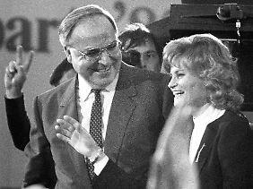 Kohl mit seiner Frau Hannelore nach der gewonnen Bundestagswahl am 6. März 1983.