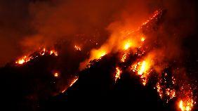 Zehntausende flohen vor den Flammen. Fünf Menschen starben.