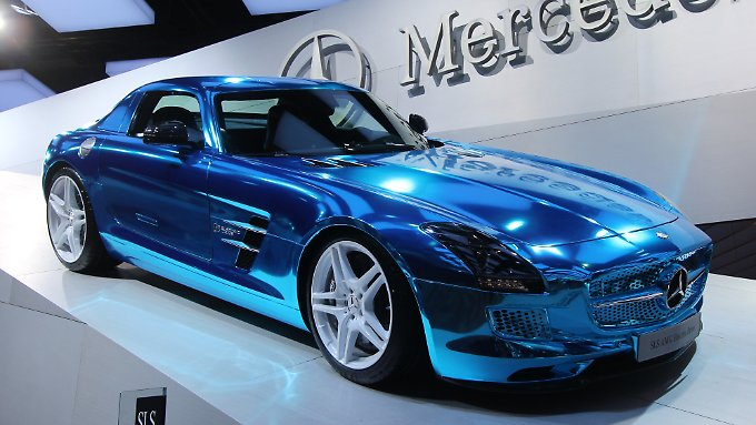 Außergewöhnliche Farbe: Der elektrische Mercedes SLSAMG Coupé Electric Drive schimmert metallisch-blau.