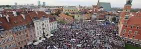 Zehntausende auf den Straßen Warschaus sind mit ihrer Regierung unzufrieden.