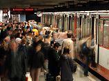 Angriff von hinten: Mann schubst 18-Jährige Richtung U-Bahn