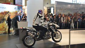 Das wichtigste Exponat am weißblauen Stand ist die neue  Generation der Reiseenduro BMW R 1200 GS.