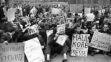 """In der Bundesrepublik demonstrieren im Oktober 1962 Menschen gegen die """"Spiegel""""-Affäre und für die Pressefreiheit."""