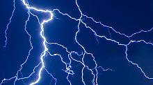 Gewitter im Kopf: Ein epileptischer Anfall ist die Folge einer ungebremsten Ausbreitung von Nervenzellimpulsen im Gehirn. Die Ursachen hierfür können sehr verschiedenartig sein.
