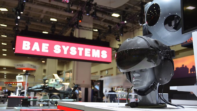 Ein Striker ADAS Helm für Kampfpiloten steht vor dem Stand von BAE Systems auf der AUSA Association of the United States Army Annual Meeting and Exposition in Washington, D.C: