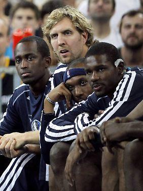 Weiter in zivil: Dirk Nowitzki muss länger pausieren als zunächst angenommen. 2012 kann er wohl kein Spiel mehr bestreiten.