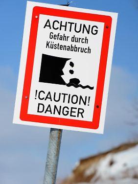 An der Steilküste von Rügen könnten sich durch das Tauwetter Geröllmassen lösen - Touristen sollten extrem vorsichtig sein.