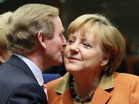 Die angenehme Seite eines EU-Gipfels: Küsschen für die Kanzlerin von Irlands Regierungschef Enda Kenny.