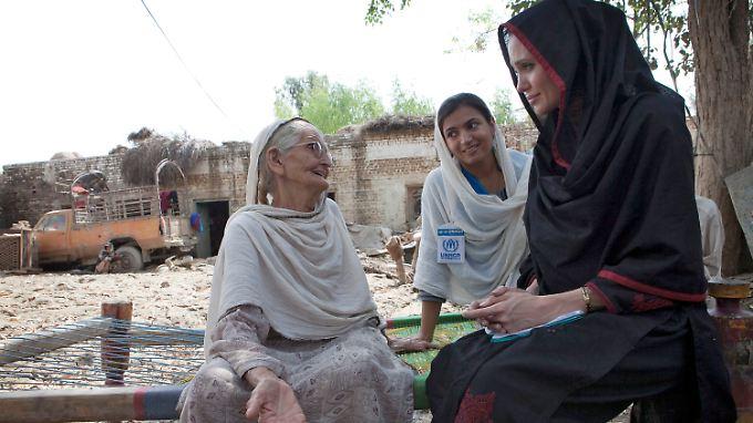 Angelina Jolie im September 2010 in einem von Überschwemmungen zerstörten Haus in Pakistan.