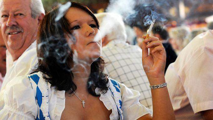 Die britische Studie belegt: Raucherinnen leben durchschnittlich elf Jahre weniger als Frauen, die nie geraucht haben.