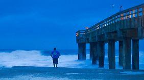 """Gespanntes Warten auf """"Sandy"""" in St. Augustine Beach, Florida."""