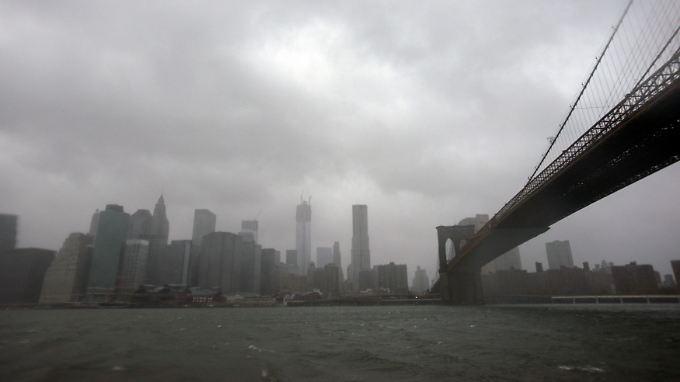 Sturmwolken über der Skyline von Manhattan.