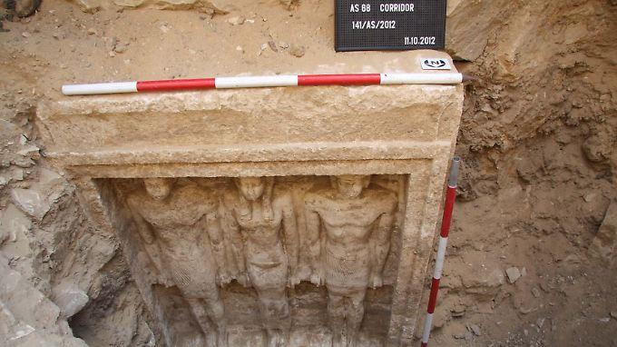 Freigelegte Statuen, die zum Grab einer ägyptischen Prinzessin gehören, in der Nekropole von Abusir bei Kairo.