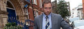 Ein Polizeibeamter stellt am 28. Oktober im Haus von Gary Glitter in London Beweismaterial sicher.