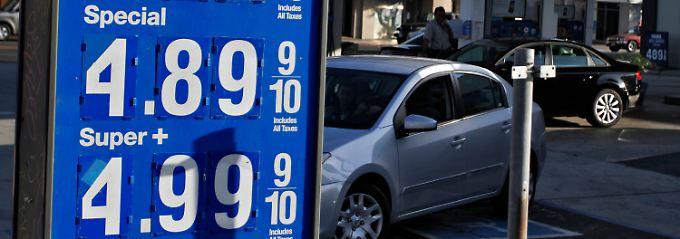 Fast fünf Dollar für knapp 3,8 Liter: Steigende Spritpreise sorgen in der Bevölkerung mit lokalen Spitzen (wie hier Anfang Oktober in Kalifornien) für Unruhe.