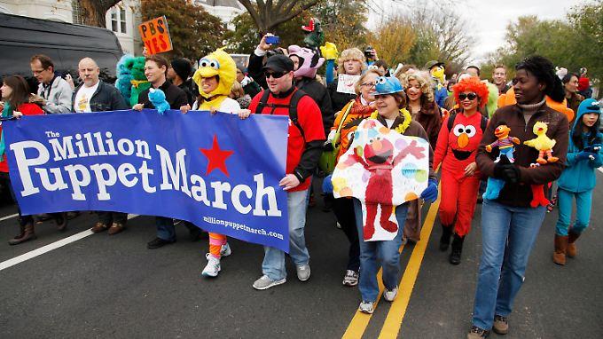 Mit Sesamstraßenpuppen wollen Demonstranten für Obama werben.