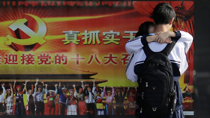 Ein Plakat in Schanghai kündigt den 18. Parteitag der chinesischen KP an.