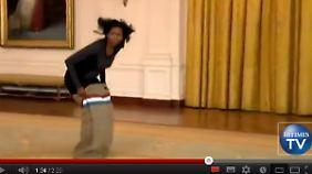"""Für den guten Zweck sackhüpft sogar Michelle Obama. (Foto: Gegen Jimmy Fallon im Rahmen ihrer """"Let's Move""""-Kampagne)"""
