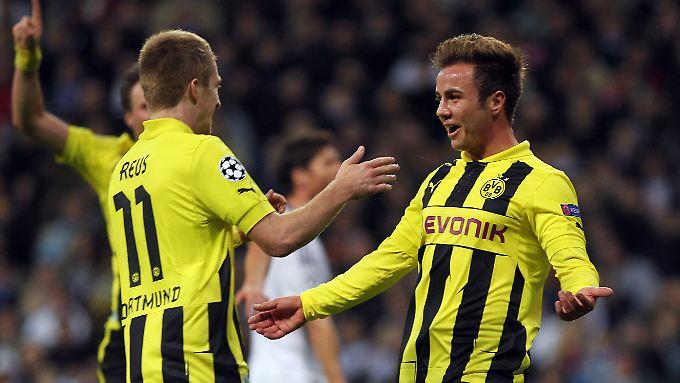 """""""Wer weiß, wohin ich den Ball gespielt hätte"""": Mario Götze, rechts, feiert mit Marco Reus."""