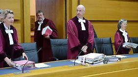 Die Richter des 8. Senats des Bundesverwaltungsgerichtes in Leipzig betreten unter Vorsitz von Richter Klaus Rennert (3.v.l.) den Verhandlungssaal.