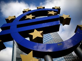 Ein blaues €-Symbol mit gelben Sternen: Wie weit wird EZB-Chef Draghi diesmal gehen?