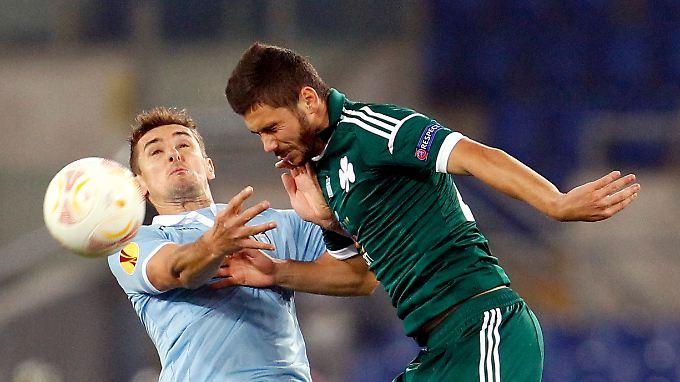 Lazio-Stürmer Klose im Kampf um den Ball. Der Deutsche darf gegen Panathinaikos für eine Viertelstunde ran.