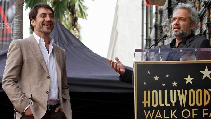 """Regisseur Sam Mendes hält am """"Hollywood Walk of Fame"""" eine Lobrede auf Javier Bardem."""