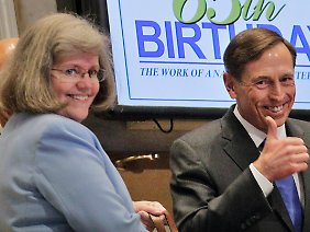 Noch am 18. September läutete Petraeus gemeinsam mit seiner Frau Holly die Glocke zur Eröffnung der NYSE.