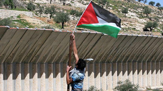 Ein Palästinenser protestiert gegen den Schutzzaun, den Israel im Westjordanland errichtet hat.