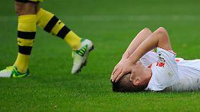 Nicht nur Augsburgs Torsten Oehrl konnte nach dem Spiel nicht fassen, wie viele Chancen das Ligaschlusslicht gegen den Meister ausgelassen hatte.