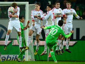 Den ersten Treffer erzielte er per Freistoß, bei dem Bayer-Keeper Michael Rensing freundlicherweise auf jede Reaktion verzichtete.