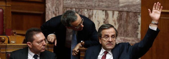 Kurz nach Mitternacht: Ministerpräsident Samaras stimmt unter den Augen von Finanzminister Stournaras (l.) per Handzeichen für den Haushaltsentwurf der Regierung.