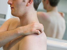 Vor allem das Kratzen am linken Oberarm löst einen starken Juckreiz beim Beobachten aus.