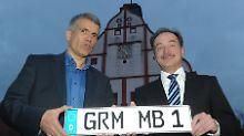 """Sachsens Wirtschaftsminister Sven Morlok (r.) überreicht vor dem Rathaus in Grimma das Heimatkennzeichen mit der Kürzel """"GRM"""" für Grimma an den Bürgermeister Matthias Berger."""