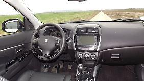 Im Innenraum erinnert alles sehr an den Konzernbruder Citroen C4 Aircross.
