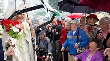 Auch im Regen schüttelt Camilla in Auckland Hände - sie trägt sogar ihren Schirm selbst.