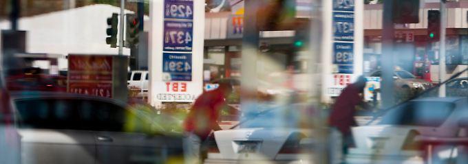Eine Tankstelle spiegelt sich in einem Schaufenster in Los Angeles.