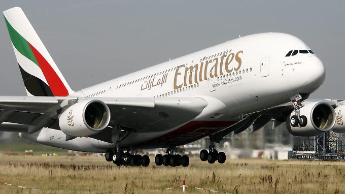 Ein Triebwerkausfall hat einen Airbus A380 der Fluggesellschaft Emirates kurz nach dem Start in Sydney zur Umkehr gezwungen. (Archivbild)
