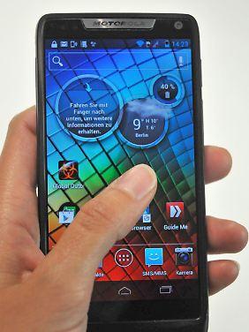 Der Bildschirm aus Gorilla-Glas nimmt fast die gesamte Front ein.