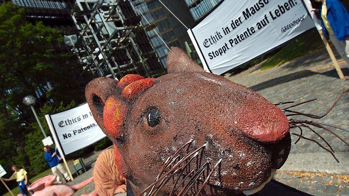 Ein überdimensionales Modell einer Maus steht während eines Greenpeace-Protestes vor dem Europäischen Patentamt (EPA) in München. (Archivbild 2004)