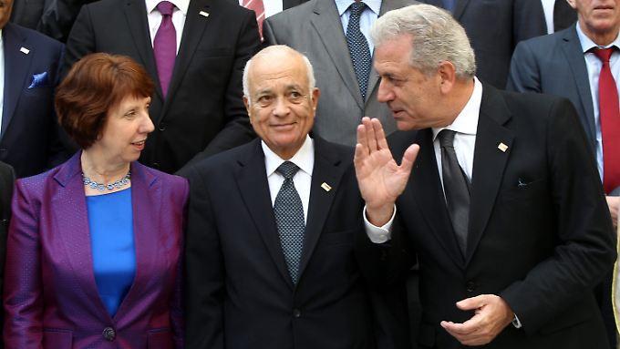 Die EU-Gesandte Catherine Ashton, der Generalsekretär der Arabischen Liga Nabil al-Arabi und der griechische Außenminister Dimitrios Avramopoulos beim Gruppenfoto.