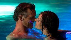 Matt und Sara im Pool eines Düsseldorfer Hotels. Ein paar Wochen darauf ist Sara tot und Matt verhaftet.