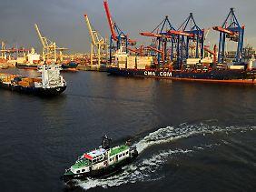 Auch im Hamburger Hafen ist die Krise zu spüren.