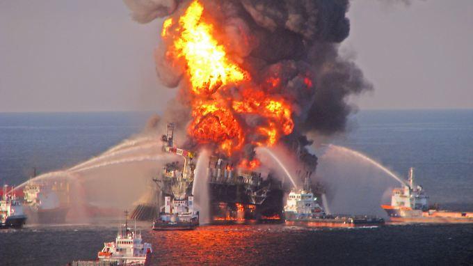 """Brennende Ölplattform """"Deepwater Horizon"""". Nach der Katastrophe wurde einiges vertuscht."""