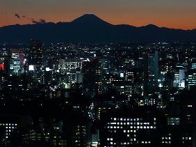 Hochindustrialisiert und tief verschuldet: Japans Parteipolitiker suchen einen Ausweg aus der Rezession.