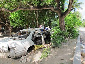 Autowracks liegen an den Straßen auf Kiribati.