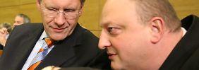 Der damalige niedersächsische Ministerpräsident Wulff und sein Pressesprecher Glaeseker (r.) 2008 im niedersächsischen Landtag.