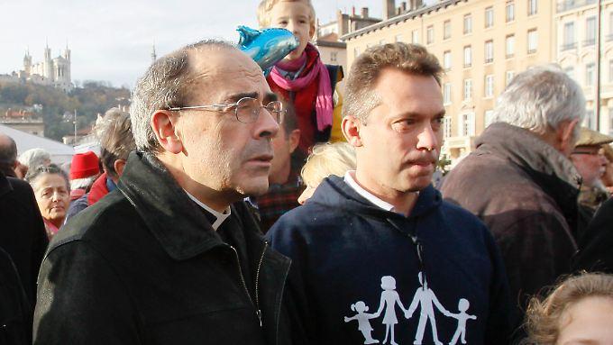 """der französische Kardinal Philippe Barbarin (m), Erzbischof von Lyon, besucht eine Demonstration gegen """"Die Ehe für alle"""" in Lyon."""