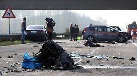 Jede Menge Trümmer liegen noch immer auf der Autobahn herum.