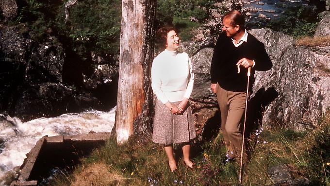 Elizabeth II. und Prinz Philip bei einem Spaziergang auf ihrem Besitz in Balmoral im September 1972.